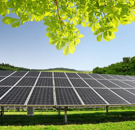 paneles solares: Paneles de energ�a solar en el paisaje de primavera Foto de archivo