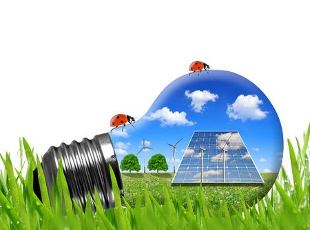 turbina: Los paneles solares y turbinas de viento en la bombilla. Concepto de energía verde. Foto de archivo
