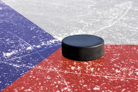 wintrily: Nero puck hockey su pista di ghiaccio con bandiera ceca. Archivio Fotografico