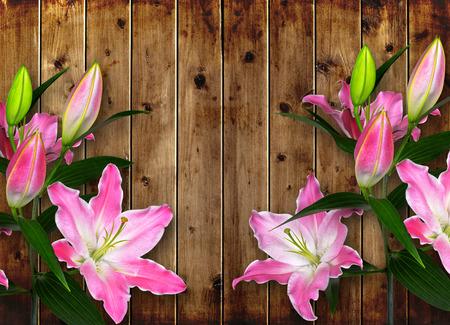 decoracion mesas: flor rosada del lirio en la tabla de madera