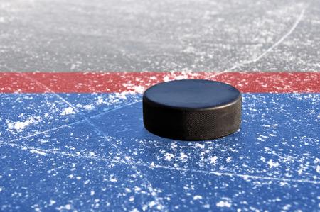 wintrily: nera puck hockey su pista di ghiaccio Archivio Fotografico
