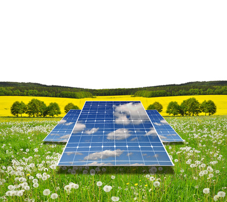electricidad industrial: Solar energy panels in spring landscape