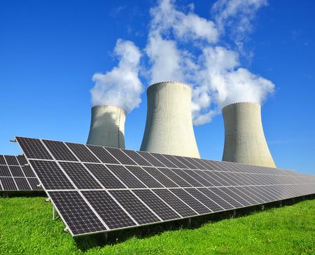 radiacion solar: Paneles de energía solar y la planta de energía nuclear