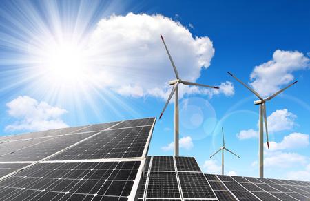 energia solar: los paneles solares de energía y las turbinas eólicas Foto de archivo