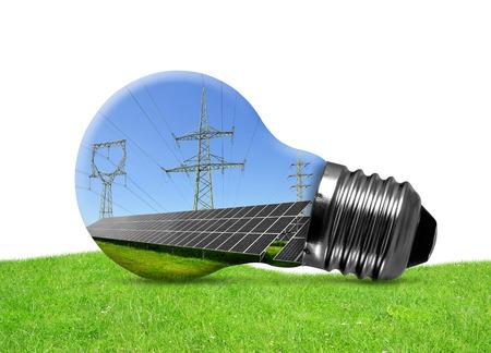 energia solar: Los paneles solares y torres de alta tensión en la bombilla. Concepto de energía verde. Foto de archivo