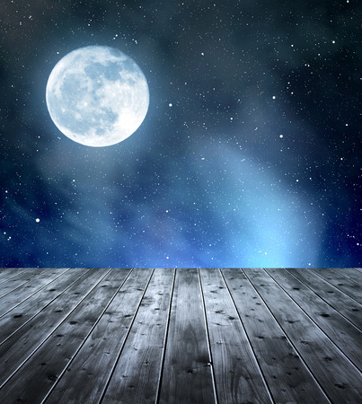noche estrellada: Cielo nocturno con las estrellas y la luna. En primer plano un tablones de madera.