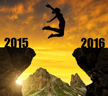 祝賀会: 新年の 2016 年までの女の子をジャンプします。 写真素材