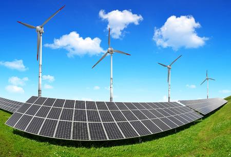 paneles solares: Los paneles solares de energ�a y turbinas de viento. Concepto de energ�a limpia. Foto de archivo