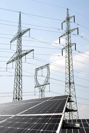 torres el�ctricas: Los paneles solares con torres de alta tensi�n. Concepto de energ�a verde.
