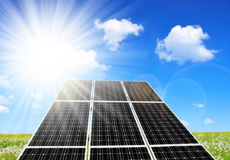Solarenergie-Panels gegen sonnigen Himmel. Alternative Energie.