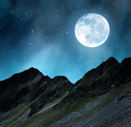 nacht: Schöne alpine Landschaft in der Nähe von Davos in der Nacht. Kanton Graubünden, Schweiz