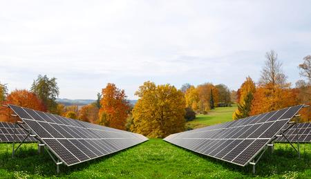 alternativ: Solar energy panels in autumnal landscape. Alternative energy.