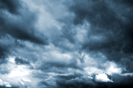 Donkere onweerswolken voor regen. Natuurlijke achtergrond.
