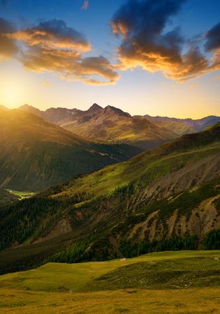 primavera: Hermoso paisaje alpino al amanecer. Cantón de los Grisones, Suiza