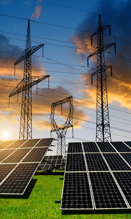 paneles solares: Los paneles solares con torres de energía al atardecer. Concepto de energía limpia.