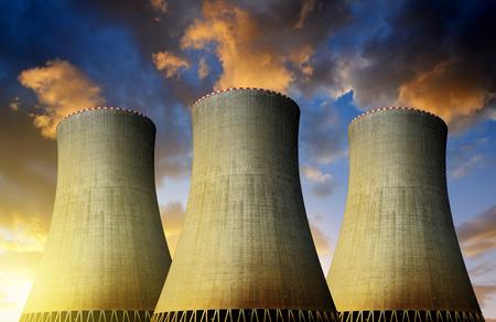 riesgo quimico: Planta de energía nuclear en la puesta de sol