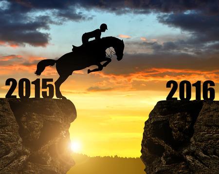 caballo saltando: El jinete del caballo que salta en el Año Nuevo 2016