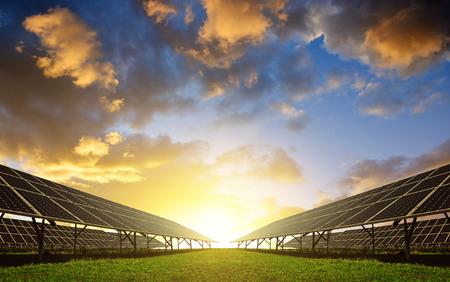 Solarenergie-Panels gegen Sonnenuntergang Himmel