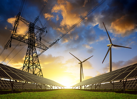 electricidad: Los paneles solares con turbinas de viento y torre de electricidad al atardecer. Concepto de energ�a limpia. Foto de archivo