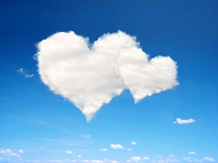 imaginacion: cielo azul con nubes blancas en forma de corazón. Día de San Valentín. Foto de archivo