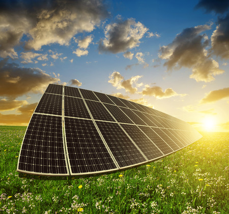 Zonne-energie panelen tegen zonsondergang sky.Clean energie.