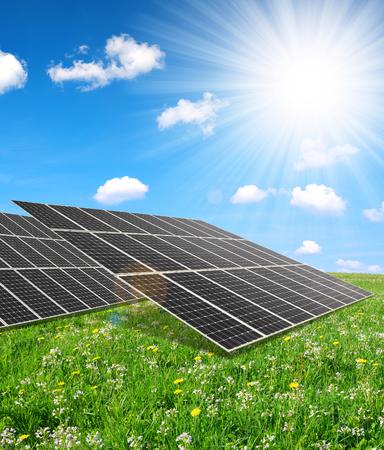 Solarenergie-Panels gegen sonnigen Himmel. Saubere Energie.