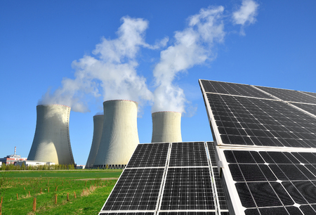 radiacion solar: paneles de energía solar y planta de energía nuclear Foto de archivo