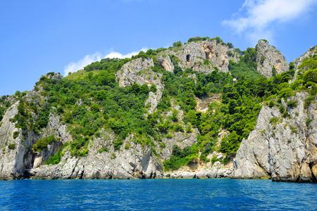 paisaje mediterraneo: rocas de la costa de la isla de Capri - Italia, Europa