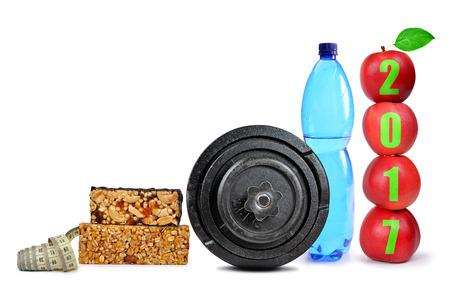 metro medir: Manzanas rojas, mancuernas y una botella de PET de agua potable aislados en blanco. resoluciones saludables para el Año Nuevo 2017