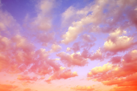 ciel avec nuages: Ciel coloré avec des nuages ??au coucher du soleil. Nature background. Banque d'images