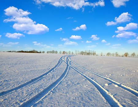 transparente: Las huellas de los coches en un llano cubierto de nieve.