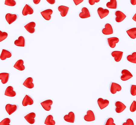 Rahmen aus roten Herzen auf weißen Hintergrund.