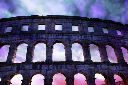Roman amphitheater with stormy sky in Pula, ancient monument in Croatia. 免版税图像