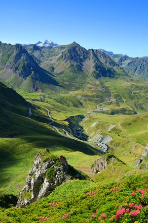 Vista de la carretera de montaña. Col du Tourmalet en los Pirineos. Francia