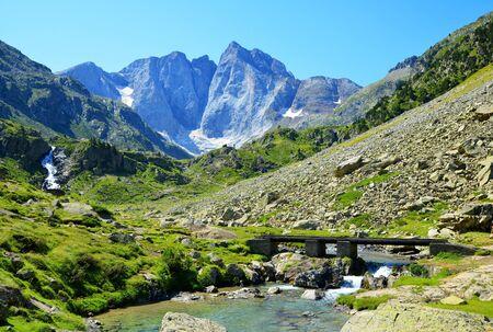 Montaña Vignemale en el Parque Nacional de los Pirineos. Occitane en el sur de Francia.