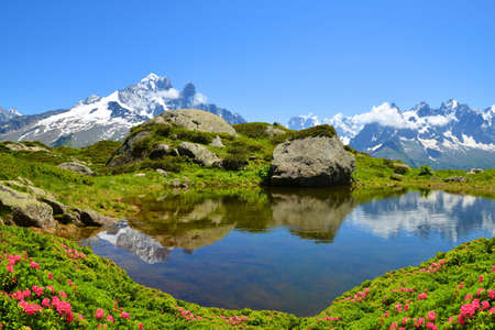 Mountain landscape reflected on the surface of the lake. Nature Reserve Aiguilles Rouges, French Alps, France, Europe. Stockfoto