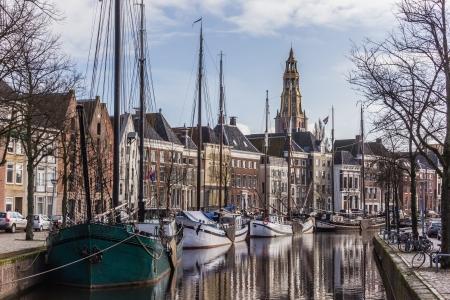 groningen: Oude schepen en pakhuizen in het centrum van Groningen, Nederland