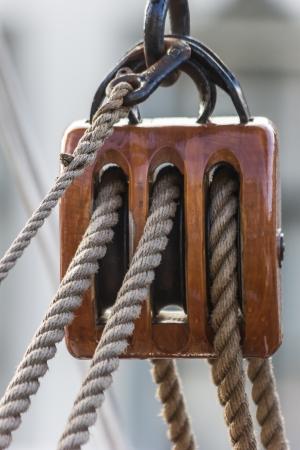 groningen: Poelie van een oud schip in het centrum van Groningen, Nederland