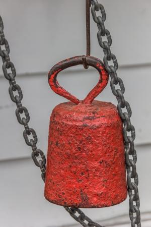 pesantezza: Peso rossa e catena su un vecchio mulino a vento olandese Archivio Fotografico