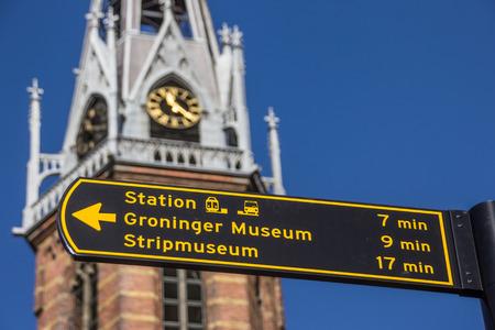 groningen: Toeristische teken nabij de kathedraal Jozef in Groningen, Nederland Stockfoto