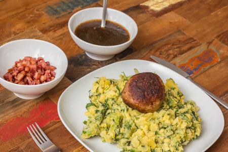 escarola: Tradicional stamppot plato holand�s con escarola, pur� de patatas, alb�ndigas, tocino y salsa