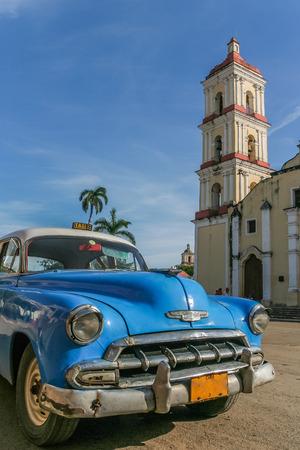 central square: Oldtimer blu parcheggiata nella piazza centrale di Remedios, Cuba