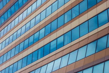groningen: Ramen van een modern kantoorgebouw in Groningen, Nederland