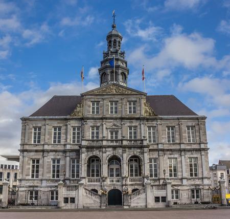 central market: Ayuntamiento en la plaza del mercado central en Maastricht, Holanda