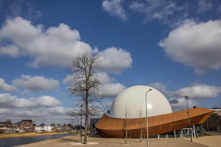 groningen: 3D-theater Infoversum langs een kanaal in Groningen, Nederland