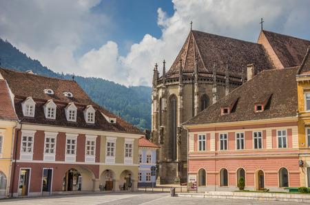 central square: Chiesa nera nella piazza centrale di Brasov, Romania