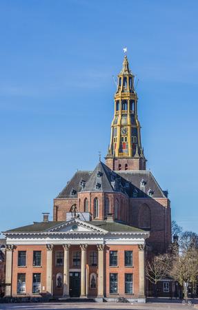 groningen: Marktplein met graan te wisselen en de kerk in Groningen, Nederland