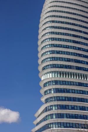 groningen: Gevel van een modern kantoorgebouw in Groningen, Nederland