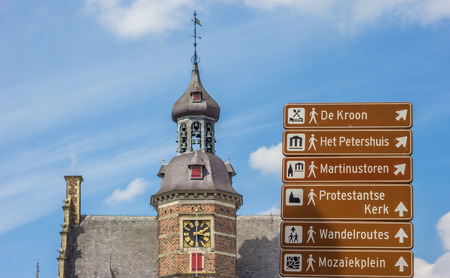 Tourist sign and the Petershuis in Gennep, Holland Standard-Bild