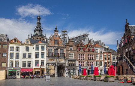 Central market square in Nijmegen, the Netherlands, with people sitting in the sun Imagens - 44537715